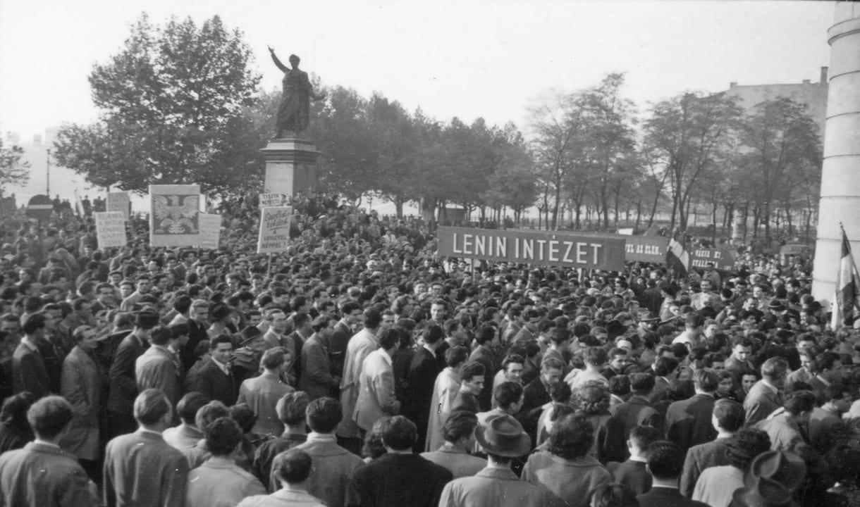Manifestation devant la statue de Petőfi