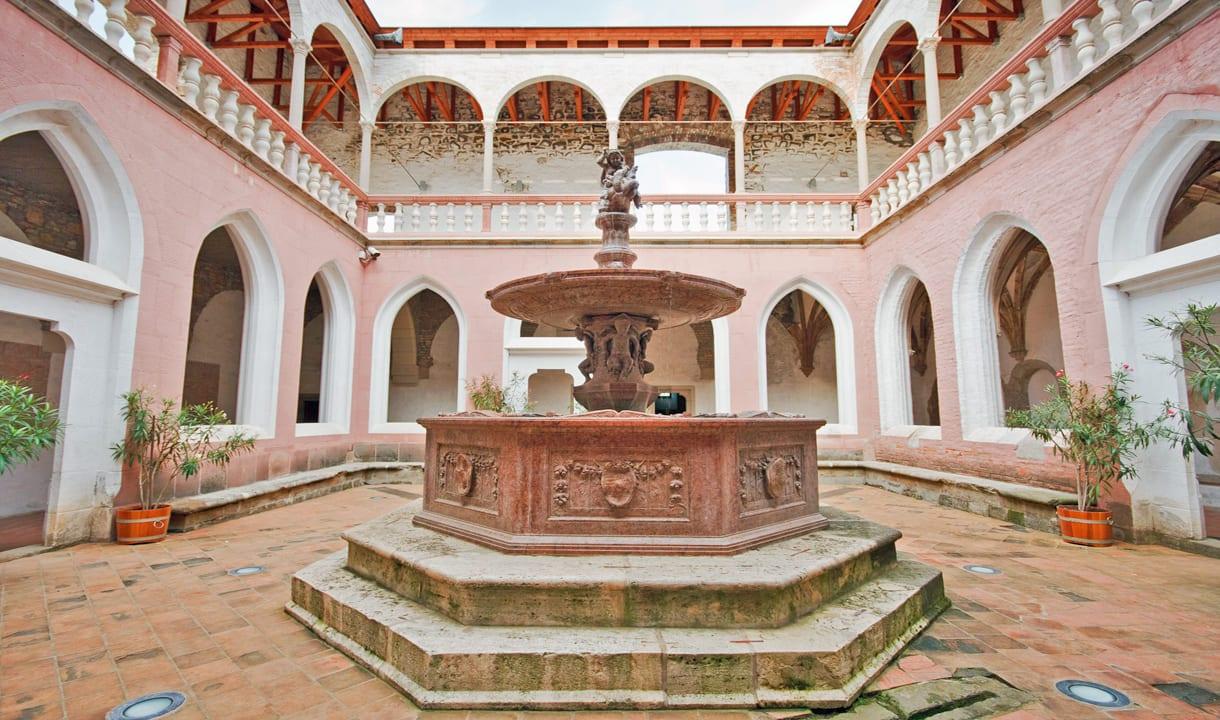 Fontaine d'Hercule dans le palais royal de Visegrád