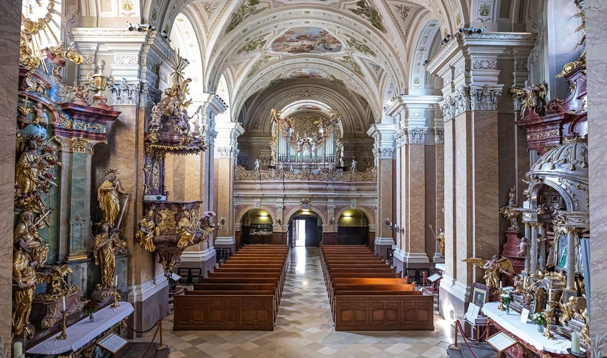 Intérieur baroque de l'abbaye de Tihany